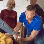 Elever testar sina kunskaper med hjälp av Ulf Kilman.