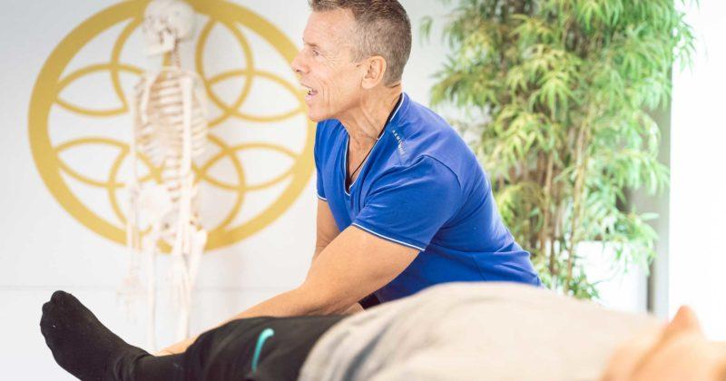 Ulf Kilman visar muskeltestning